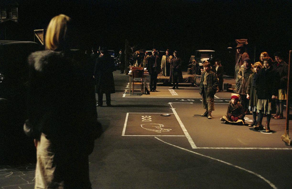 O filme 'Dogville' (2003), de Lars Von Trier, utiliza habilmente elementos teatrais