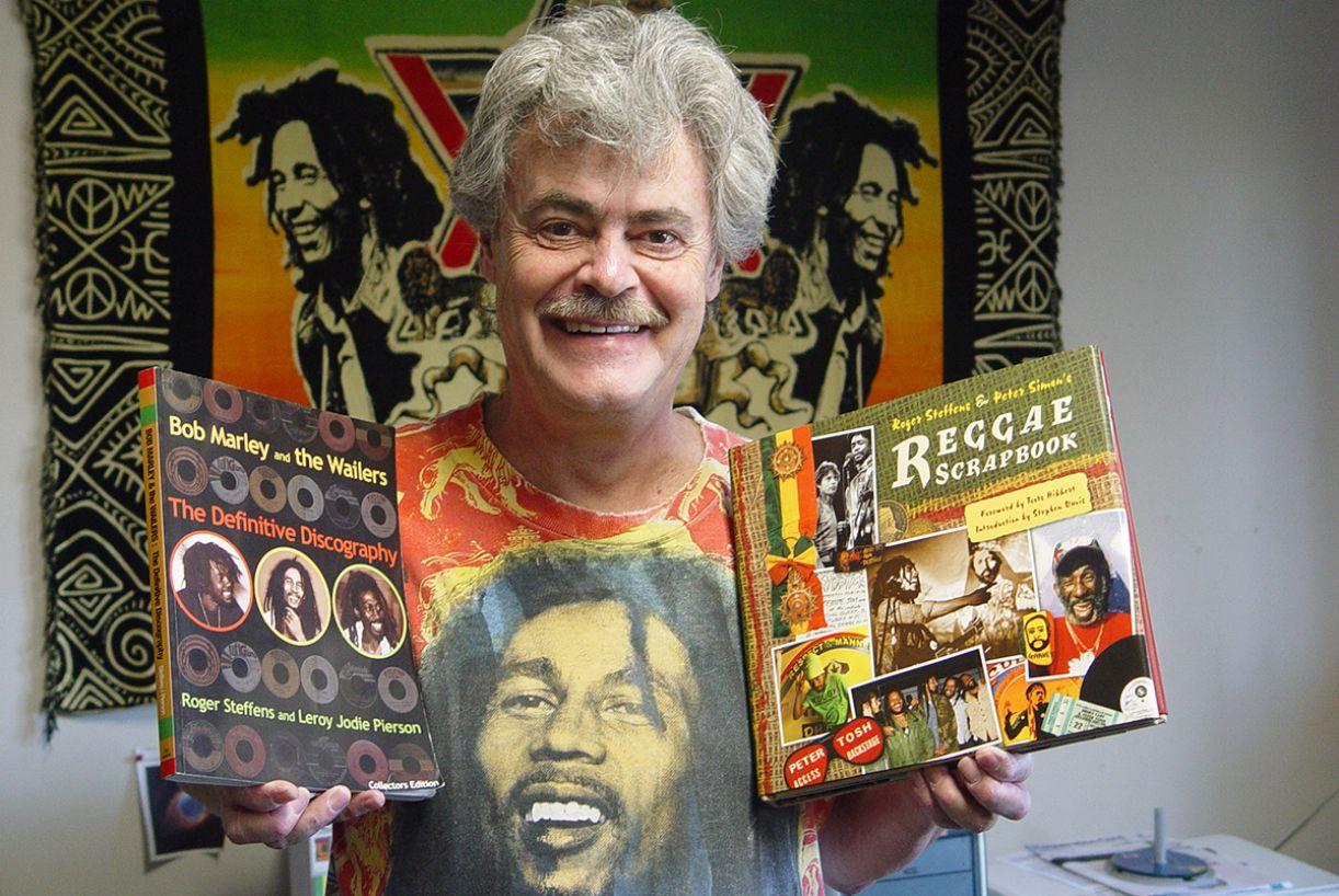 O pesquisador e colecionador norte-americano Roger Steffens guarda um museu do reggae em sua casa