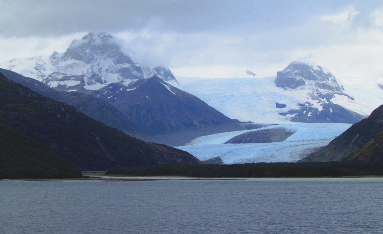 Ao entrar nesta avenida, no braço noroeste do Canal Beagle, visitante avista imensos blocos de geleiras
