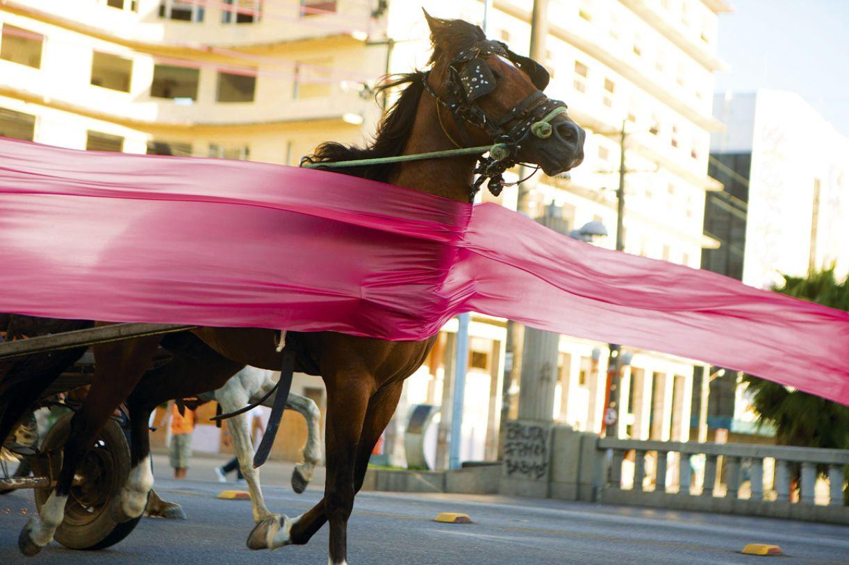 Documentário de ficção 'O levante' registra a tomada da cidade por cavalos, carroças e charretes