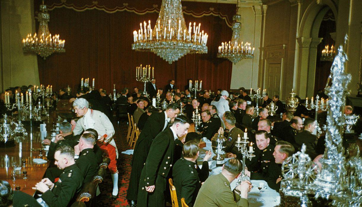 Garçons vestem-se a rigor para servir oficiais em Woolwich, em Londres, nos anos 1970