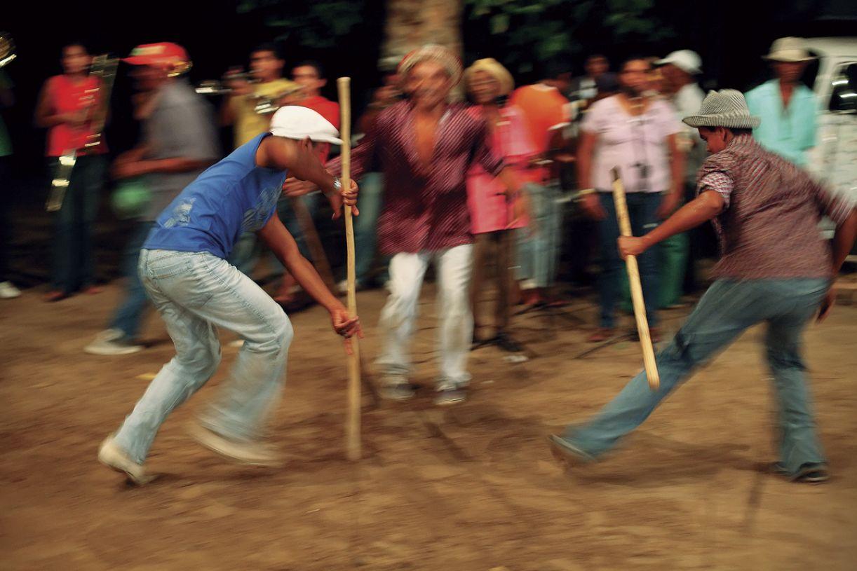 Brincantes dançam nos ensaios abertos do Cavalo Marinho