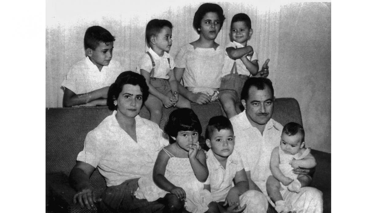Arraes com sua primeira mulher, Célia de Souza Leão, e filhos na residência da família, em 1959. Neste período, José Almino estava em Friburgo, no Rio de Janeiro, onde estudava