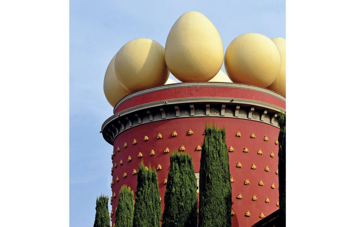 Na fachada, há esculturas em formato de ovos e pães