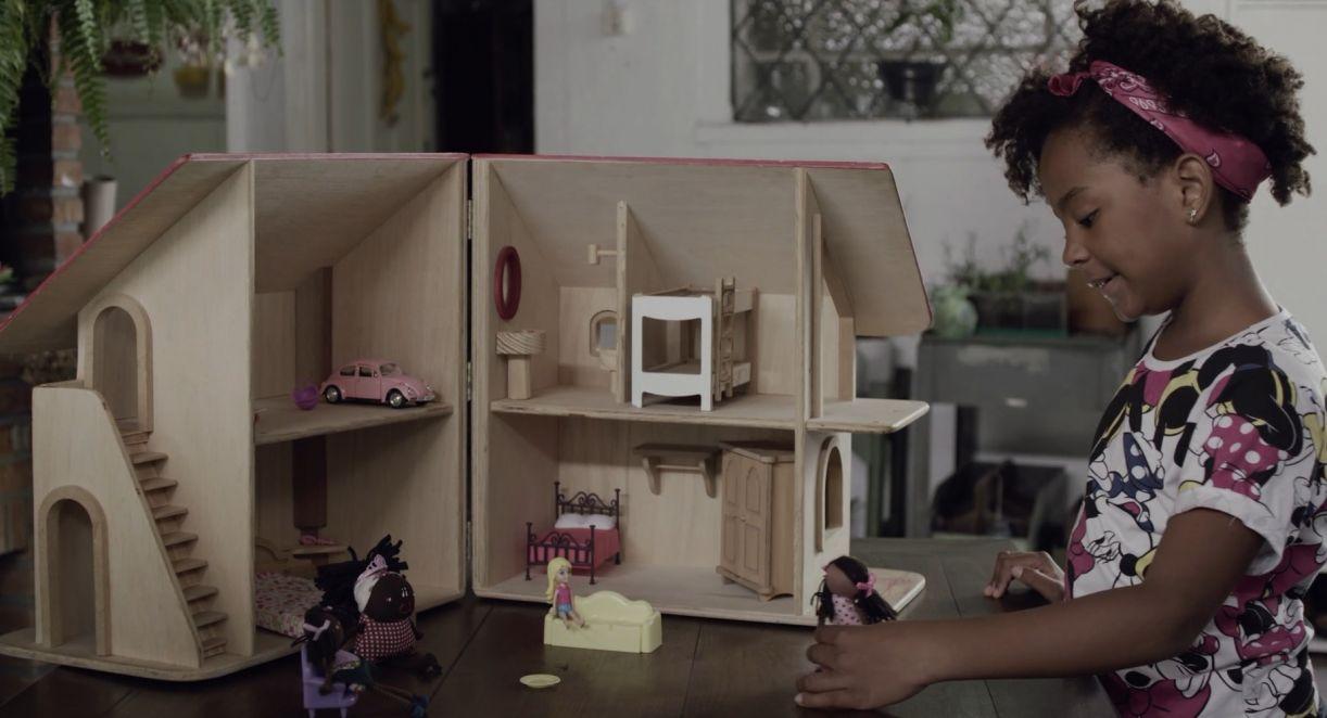 'Parece Comigo', um dos filmes da programação, explora a comercialização de bonecas negras no mercado brasileiro