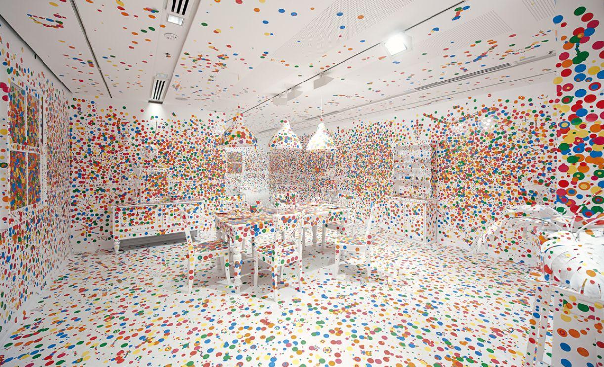 'Obliteration Room'. O espectador pode intervir colando adesivos circulares coloridos nas paredes e móveis brancos