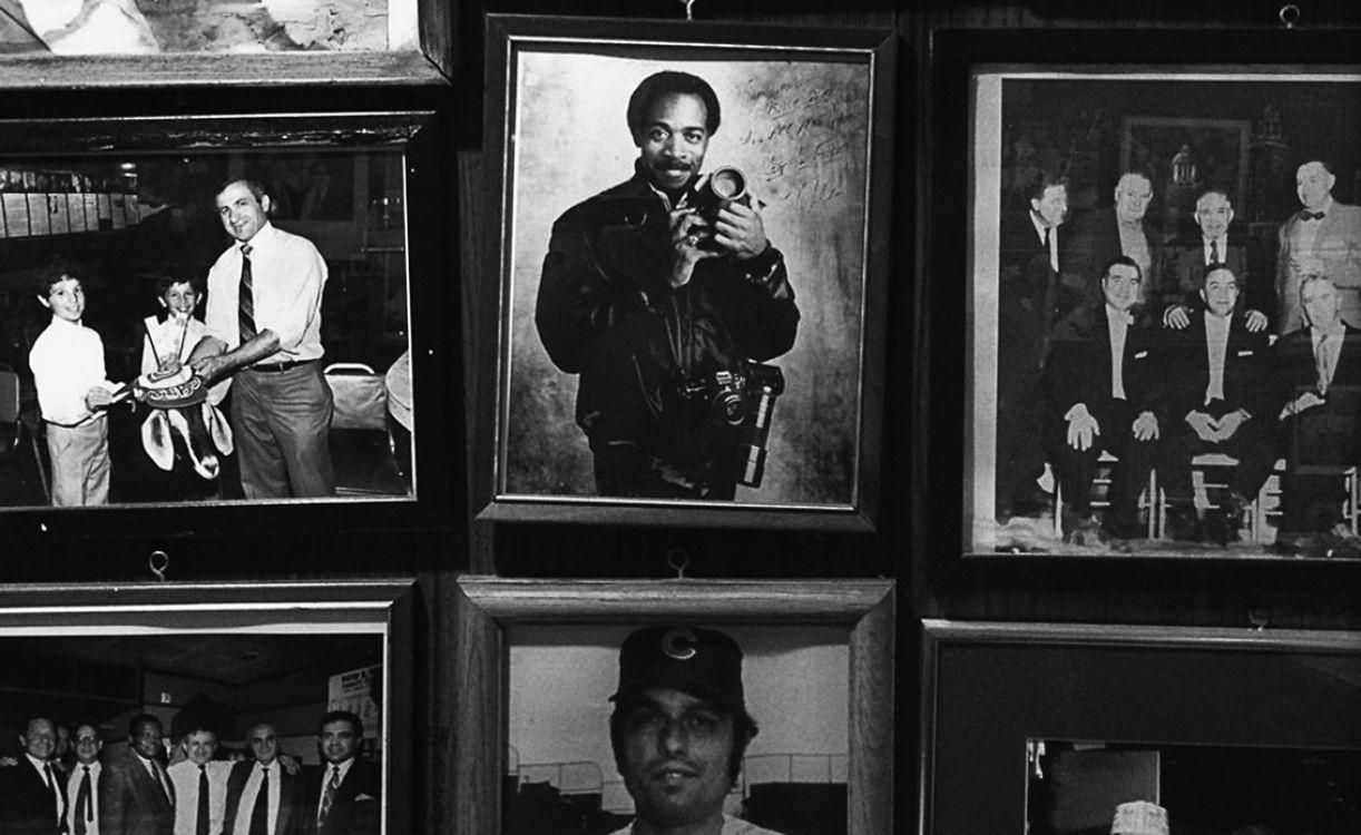 Na parede de uma taberna de Chicago, imagens da equipe de fotografia do jornal Chicago Sun- Times, hoje extinta