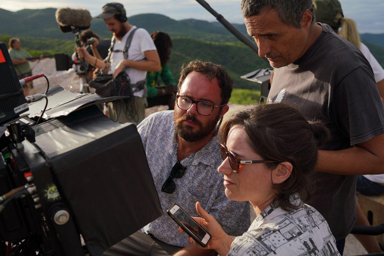 Juliano Dornelles, Emilie Lesclaux e Kleber Mendonça Filho no 'set' de 'Bacurau'