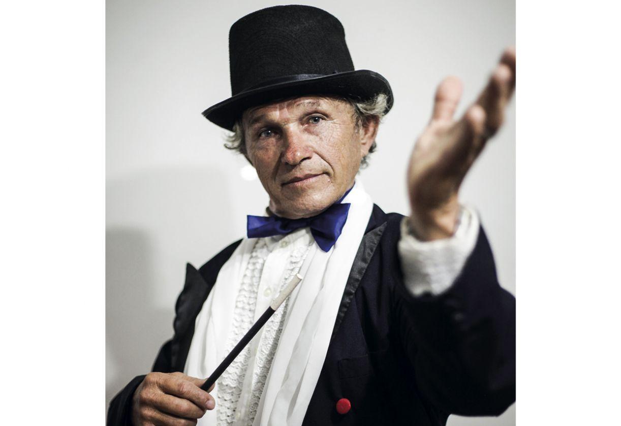 O mágico Mr. Denis, que também cria engenhocas para suas apresentações, trabalhou como eletricista de teatro