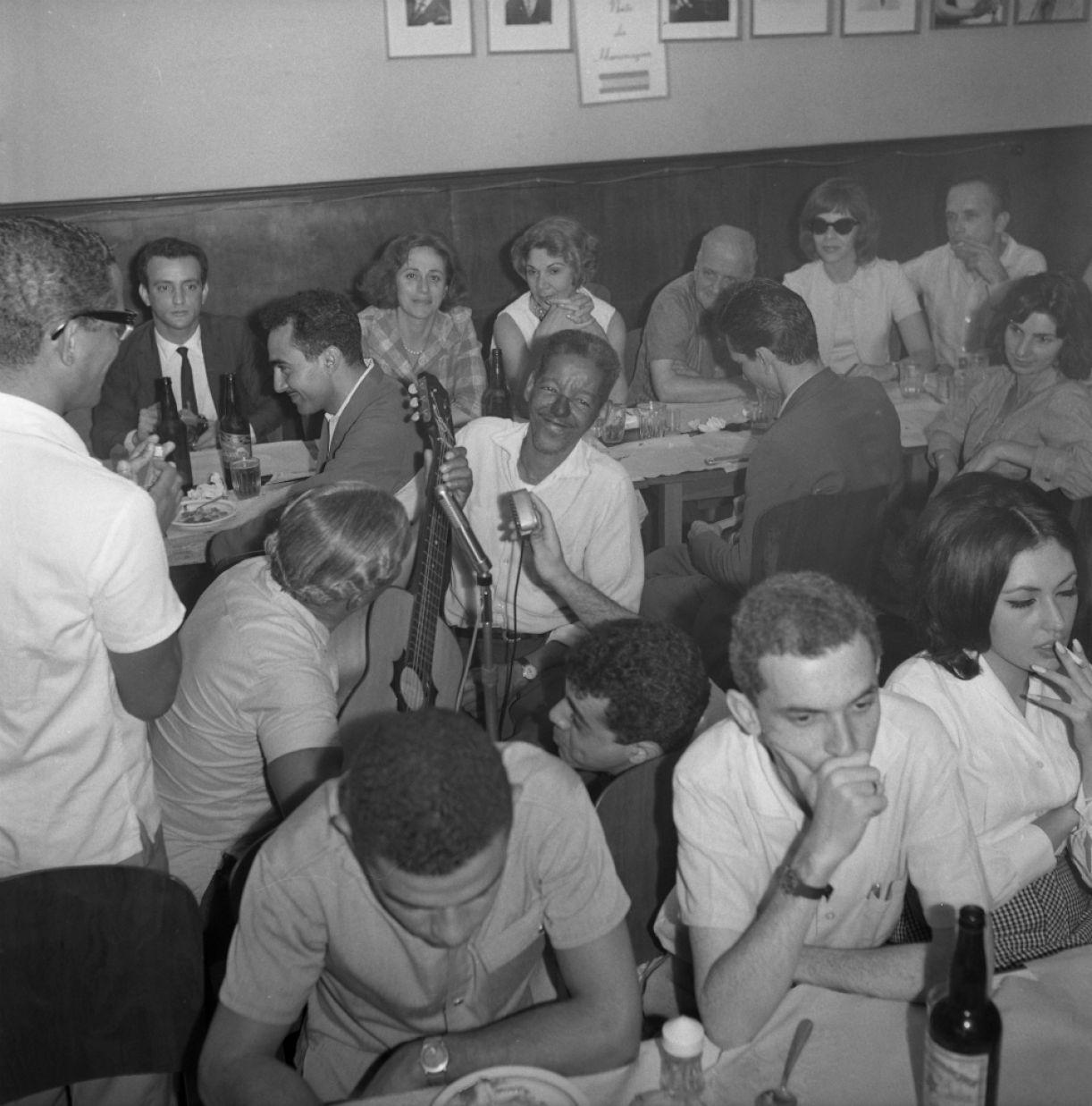 Cartola (ao centro) no bar que criou com a esposa, Zica