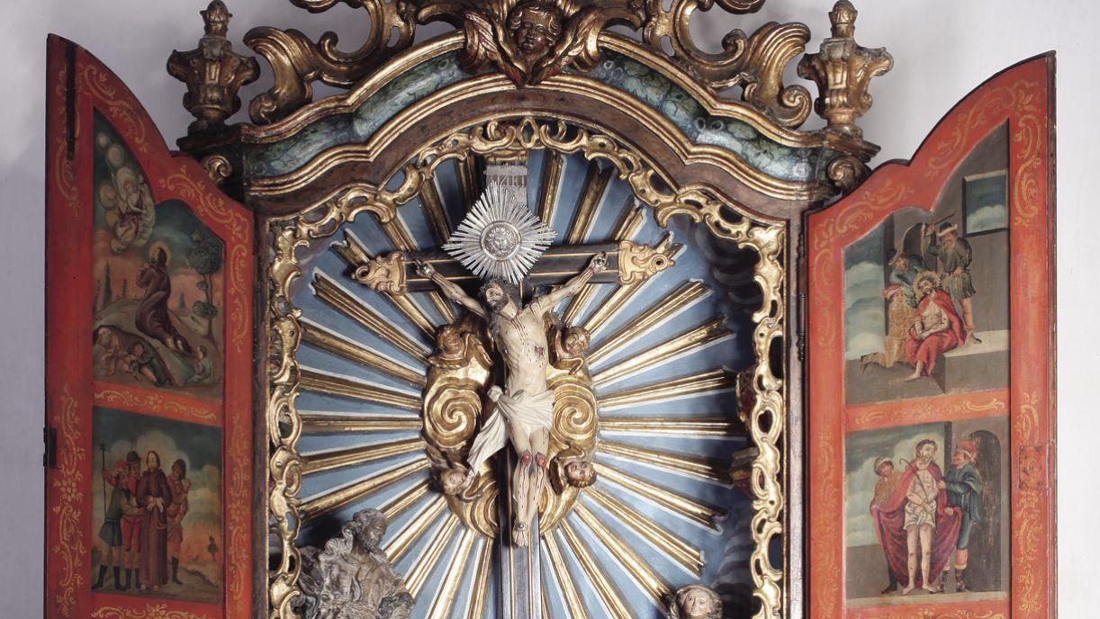 a peça em estilo dom João v, com entalhes e douramento, tem alta cotação no antiquariato