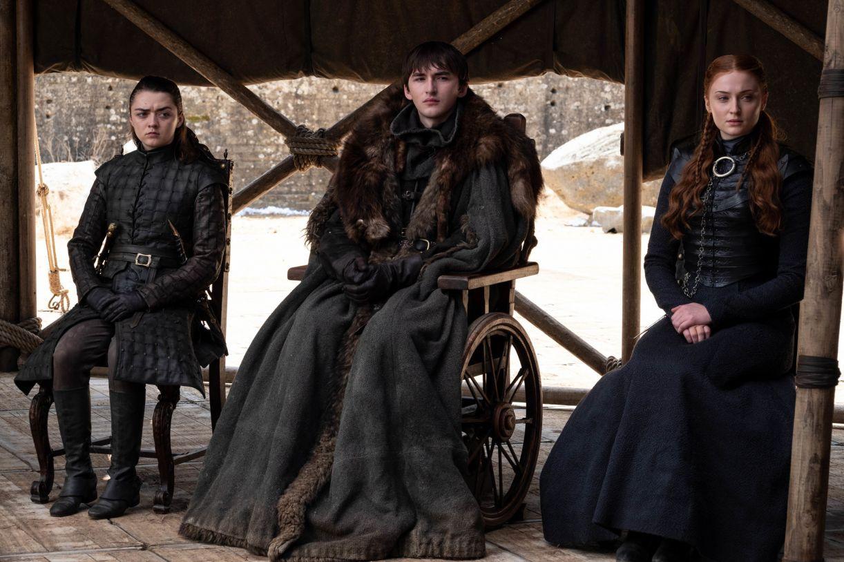 Arya, Bran e Sansa na cena da reunião do conselho, em que foi escolhido o novo rei