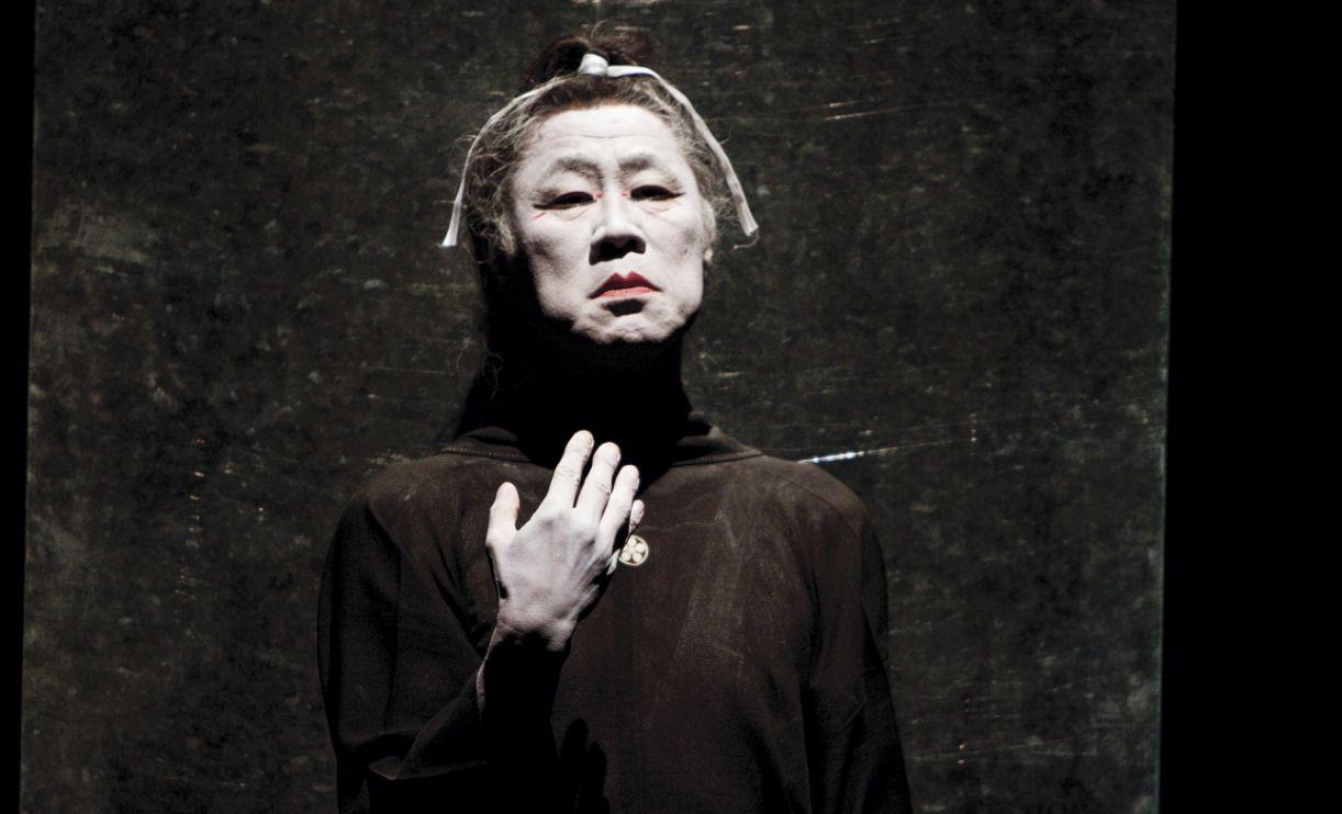 No espetáculo, Tadashi Endo pinta todo seu corpo de branco, criando um aspecto melancólico