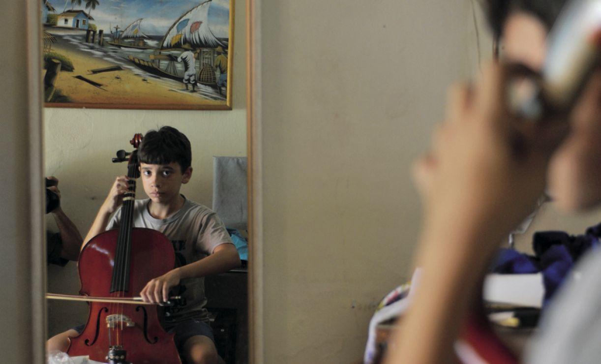 Marcelo Ribeiro, de Limoeiro, pratica o cello e sonha integrar uma grande orquestra