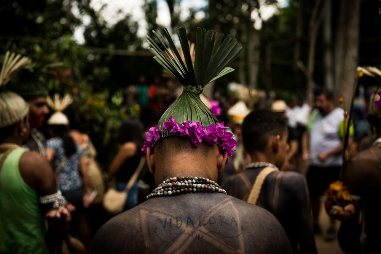 O povo Xukuru de Orubá durante a assembleia de 2019. O adorno da cabeça chama-se barretina