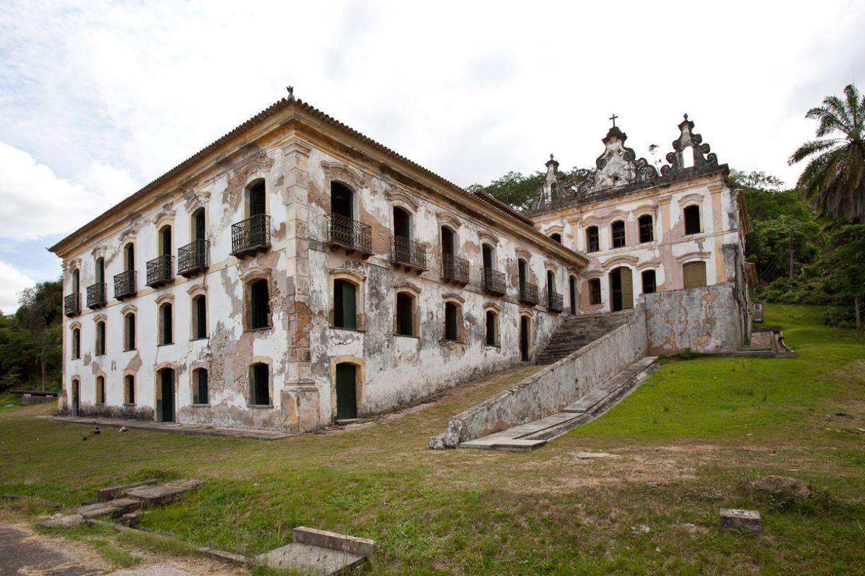 A casa-grande dos primeiros engenhos copia as casas de fazenda e de produção de trigo de Portugal