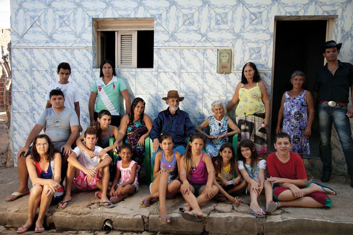 Reunião de quatro gerações da família de Amélia Targino (sentada, ao centro), em frente de casa, no município de Apodi (RN)