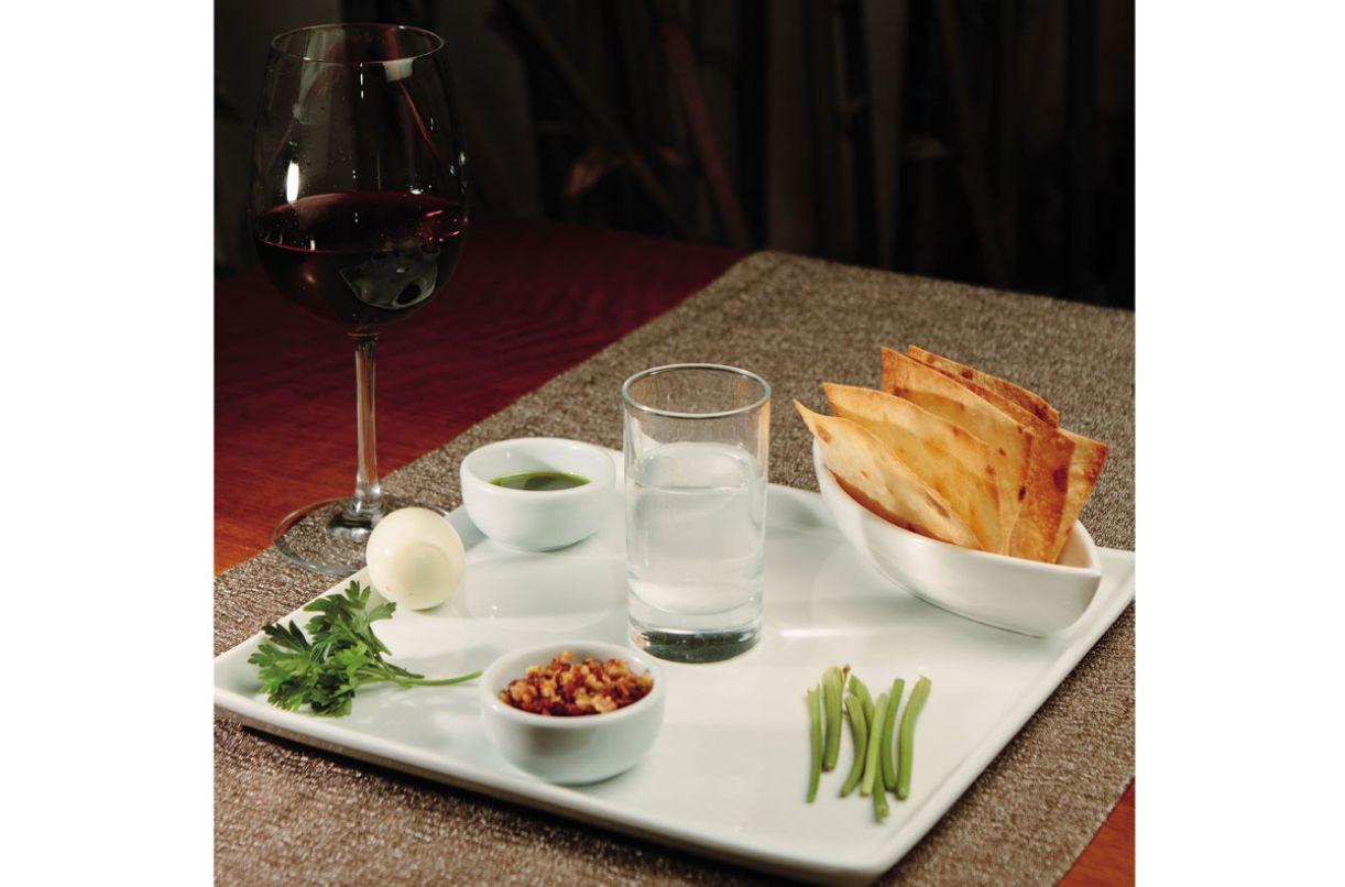 Os símbolos da refeição são ervas amargas, ovo cozido, pasta de maçã com nozes, pão ázimo, água salgada e vinho
