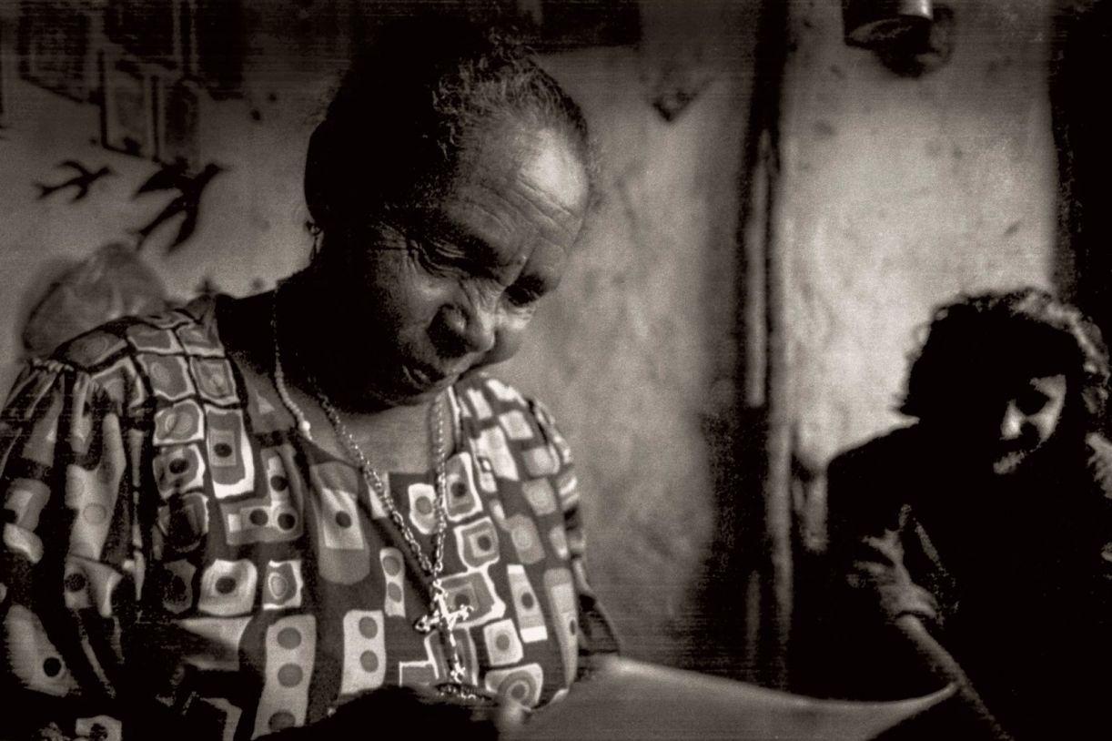 Ciça do Barro Cru entrega fotos a Ricardo Tilkian, fotógrafo paulista que fez o único ensaio sobre a artista
