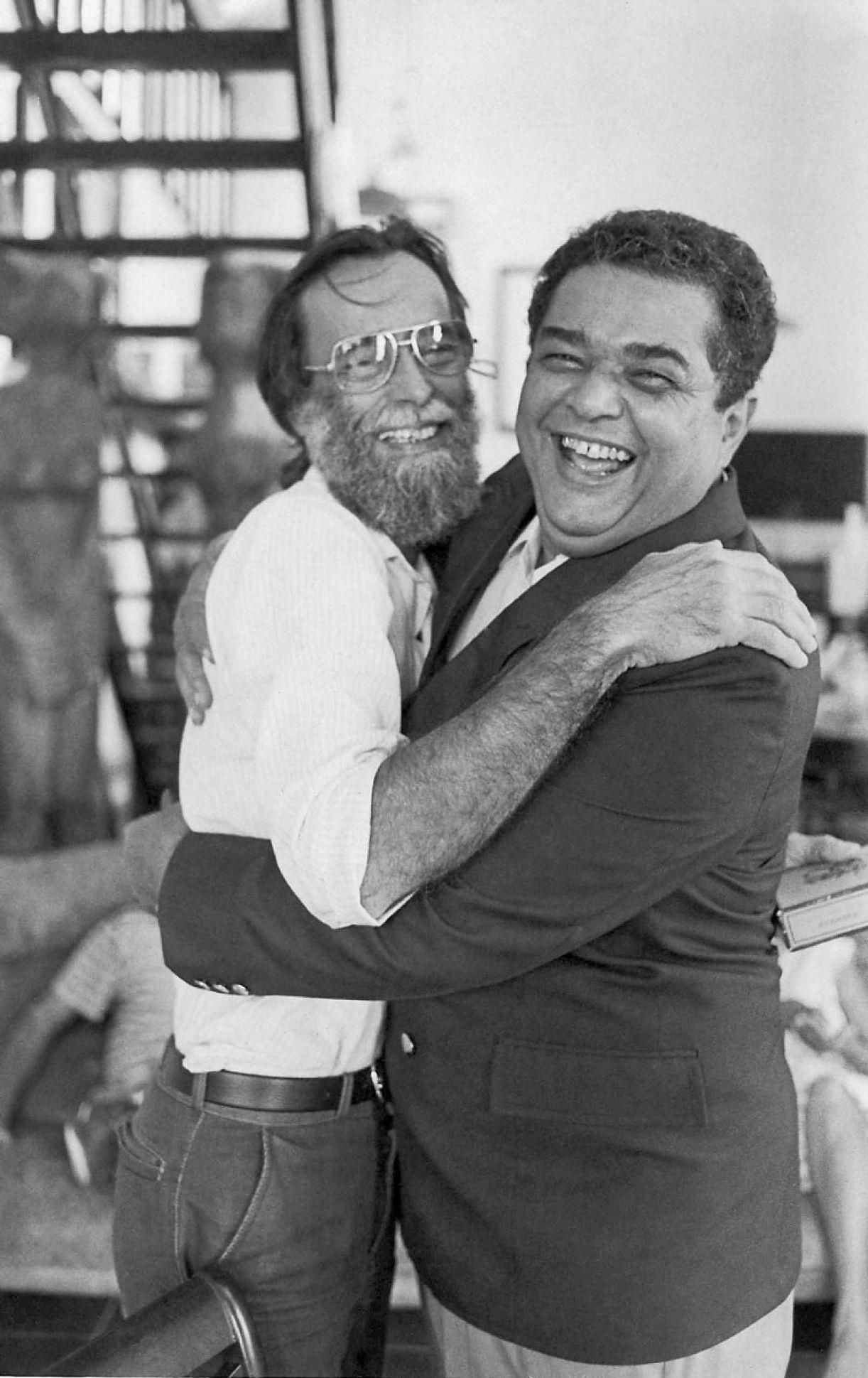 Esta é a foto que serviu para fazer minha dentadura: eu abraçando o pintor Gilvan Samico