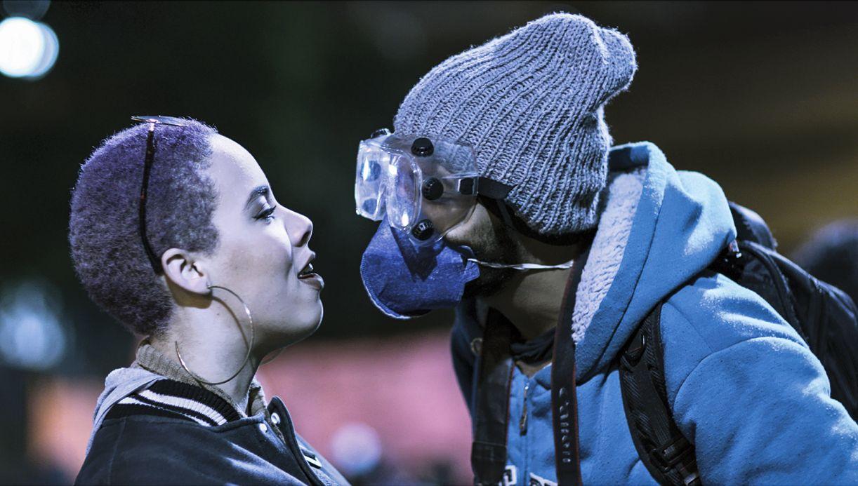 Premiado na Berlinale, 'Espero tua (re) volta' radiografa a turbulência atual pela mirada dos estudantes