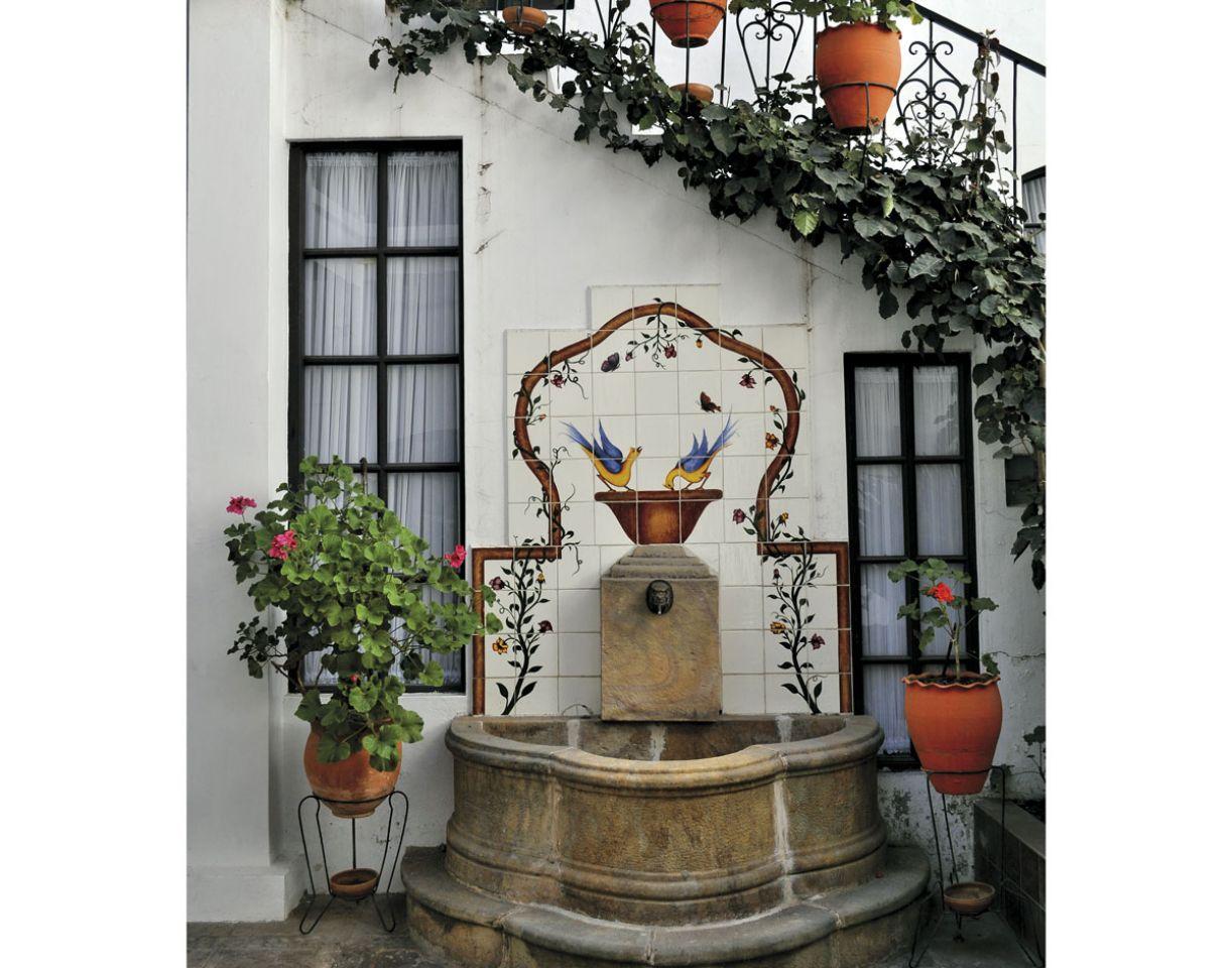 Arquitetura colonial local conta com fachadas em arcos e jardins internos bem decorados