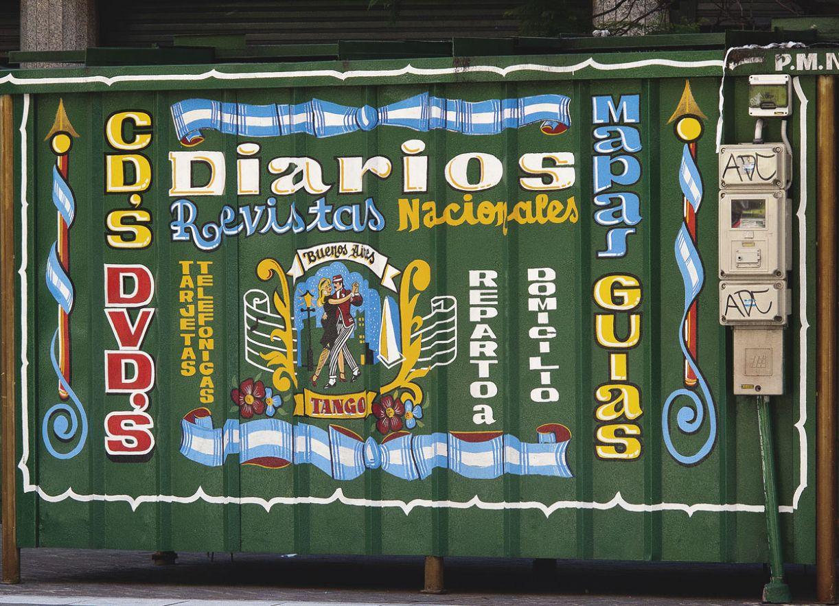 Banca de revista exibe decoração em estilo fileteado