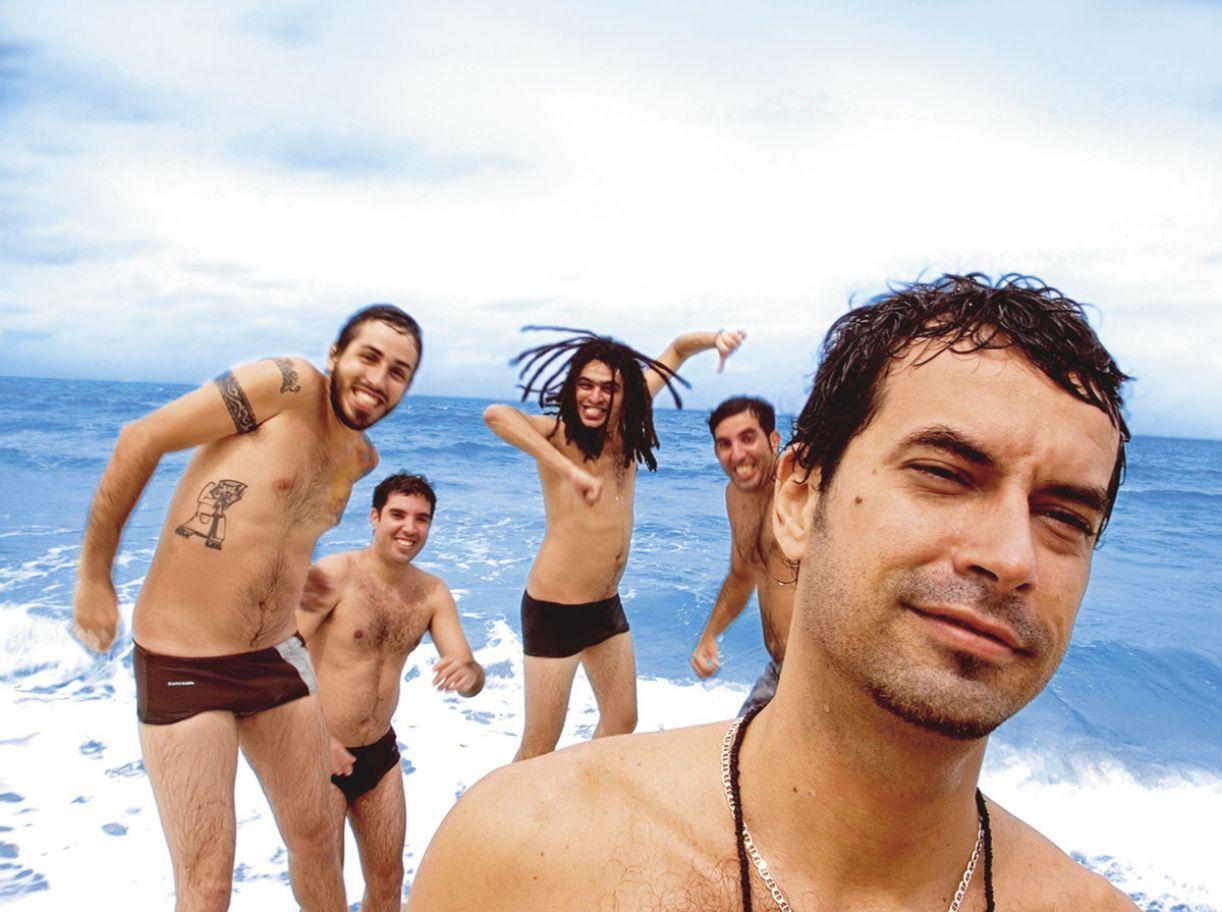 Guitarrista e vocalista da Eddie, Fábio Trummer (à frente) tem a surf music como referência para compor