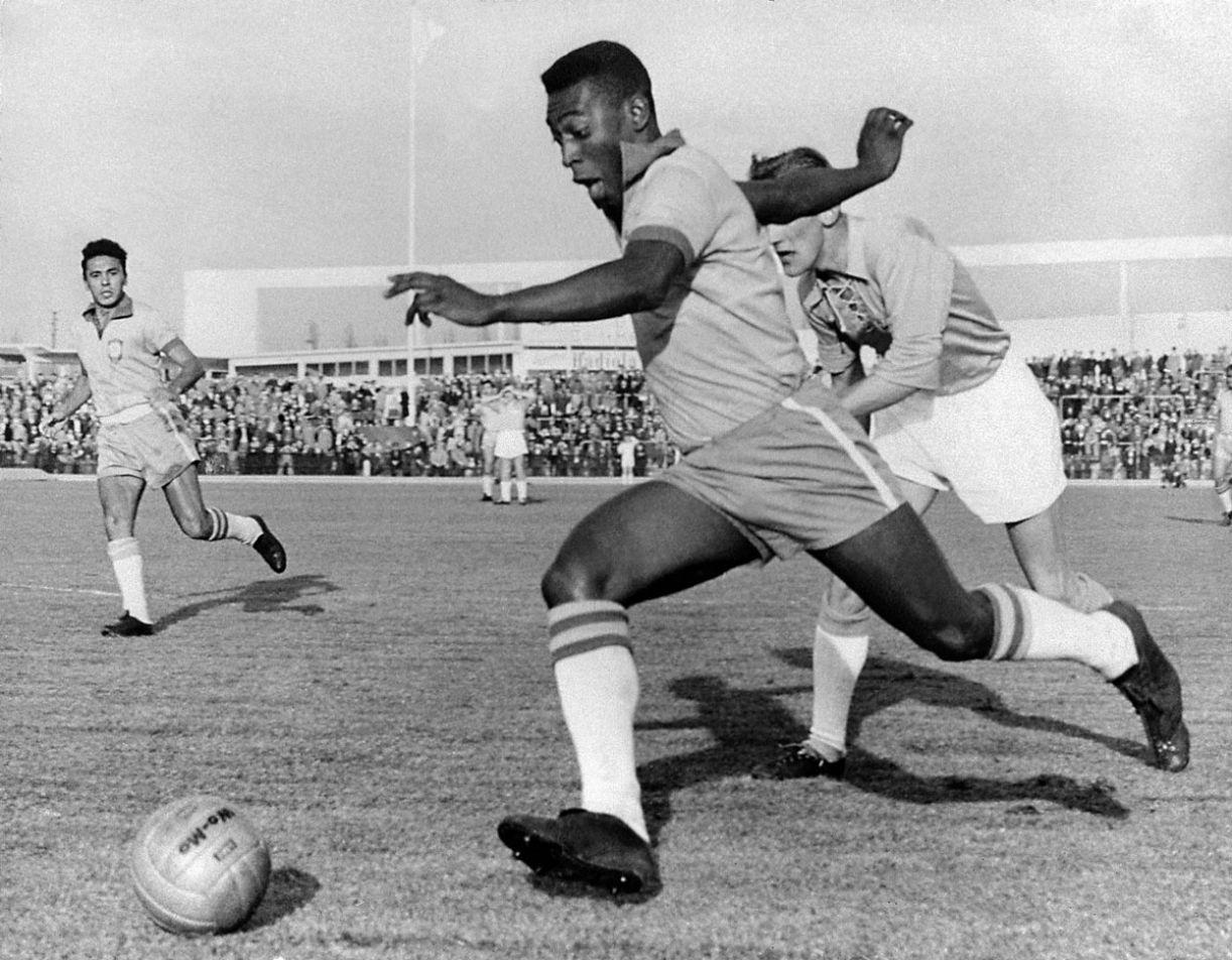 Em textos escritos sobre Pelé, Mário adota tom sociológico; Nelson, apoteótico
