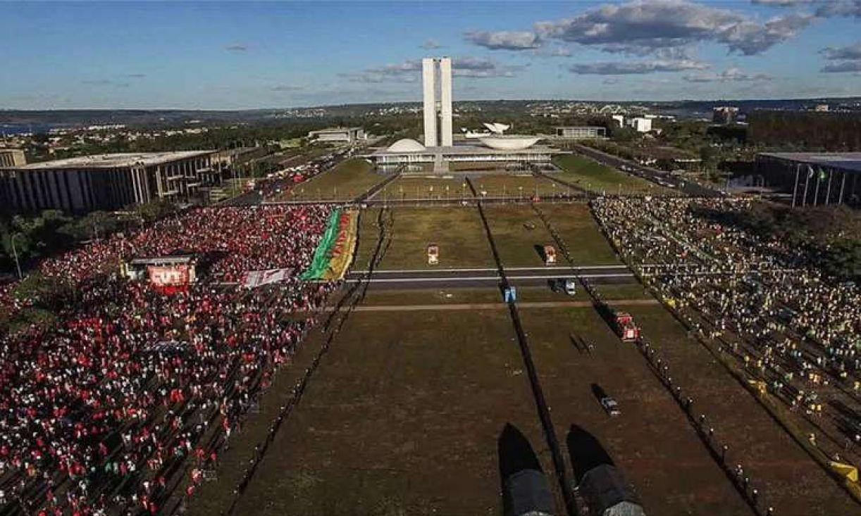 Frame do documentário 'Democracia em vertigem', de Petra Costa