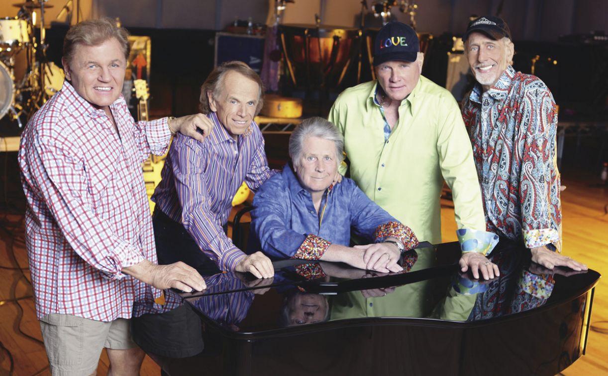 Bruce Johnston, Al Jardine, Brian Wilson, Mike Love e David Marks comemoram o cinquentário