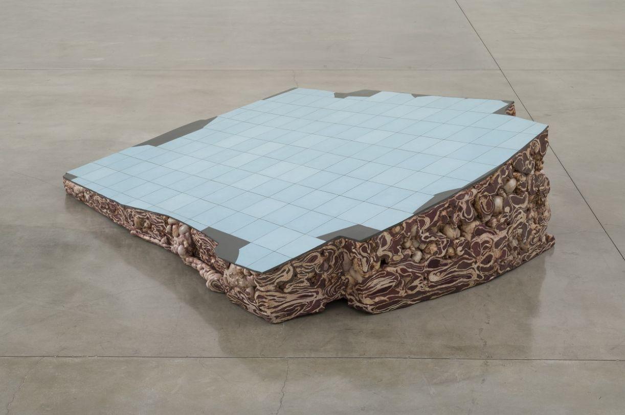 'Ruína de Charque Porto', 2001. Óleo sobre madeira e poliuretano, 207 x 160 x 55 cm