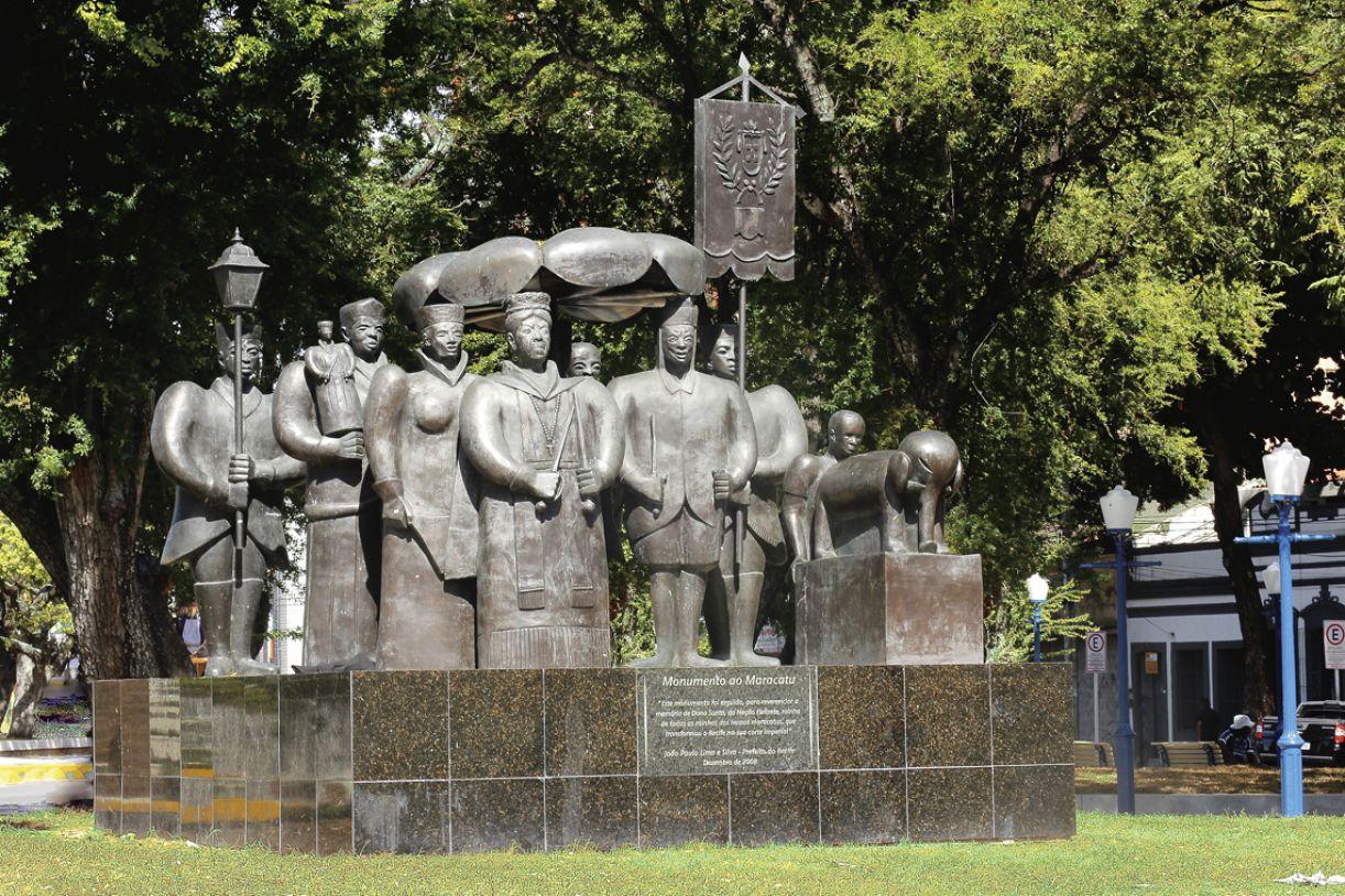 'Monumento ao Maracatu', na Praça das 5 Pontas, bronze, 4 x 3m, 2008, de Abelardo da Hora