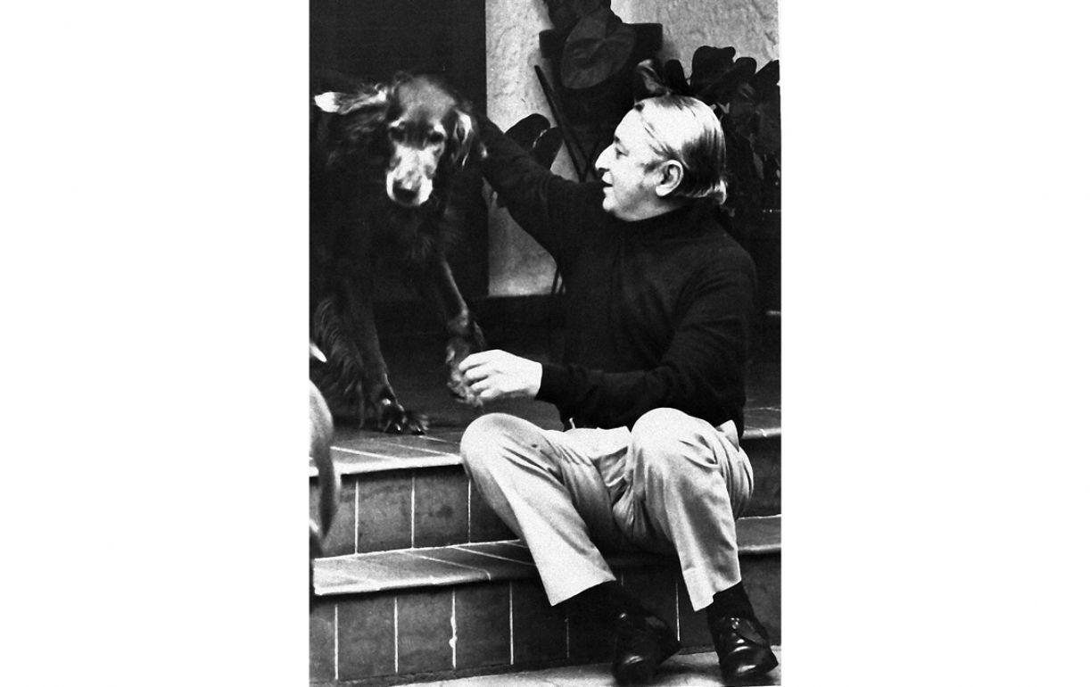 Escritor posa descontraído, com seu cachorro, para a imprensa carioca