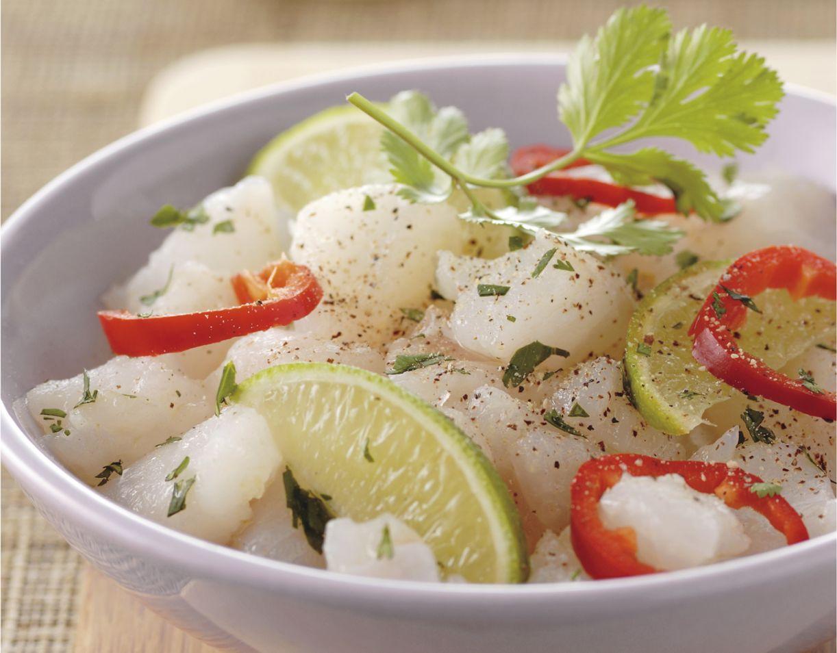 Ceviche. Prato peruano é feito com peixe branco cru marinado em limão