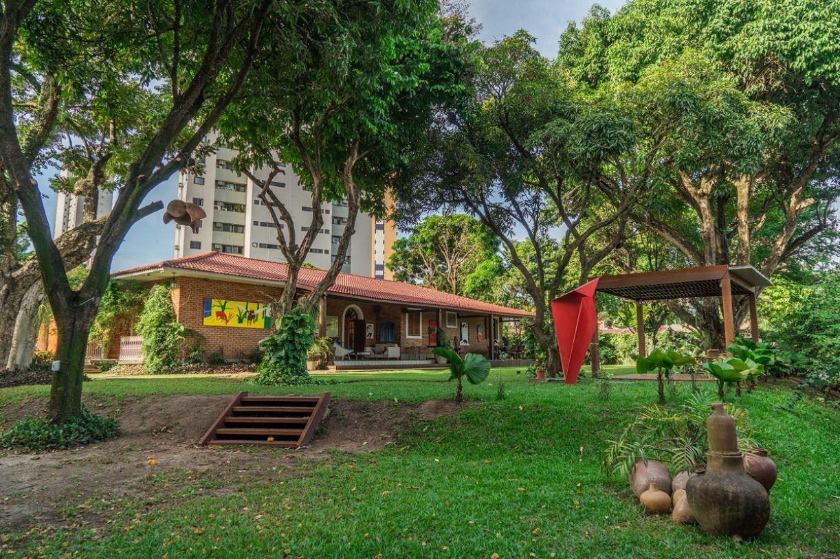 Galeria está situada na zona norte recifense, em casa com amplo jardim