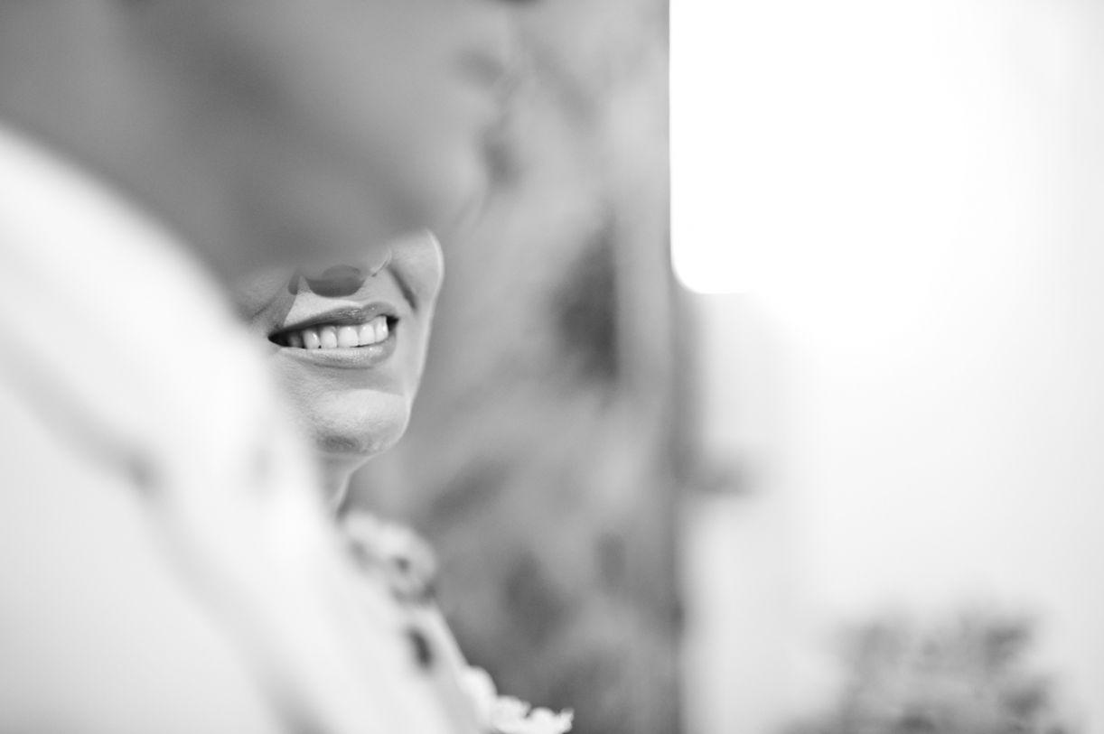 Detalhe do sorriso sugere uma noiva feliz