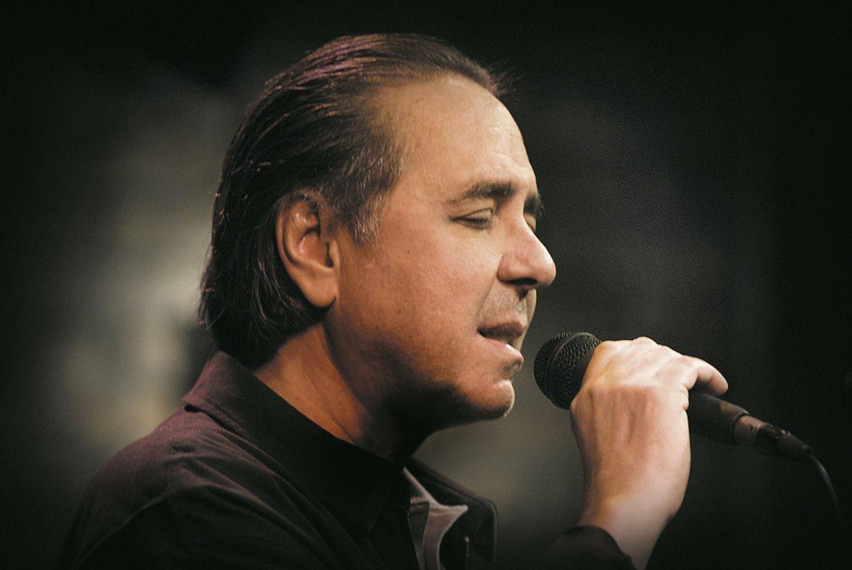 Após um acidente, Edu Lobo foi obrigado a cantar sem tocar o violão durante o show