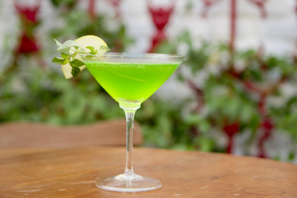 O coquetel Manzanita com Basílico é feito com martini de maçã verde e manjericão