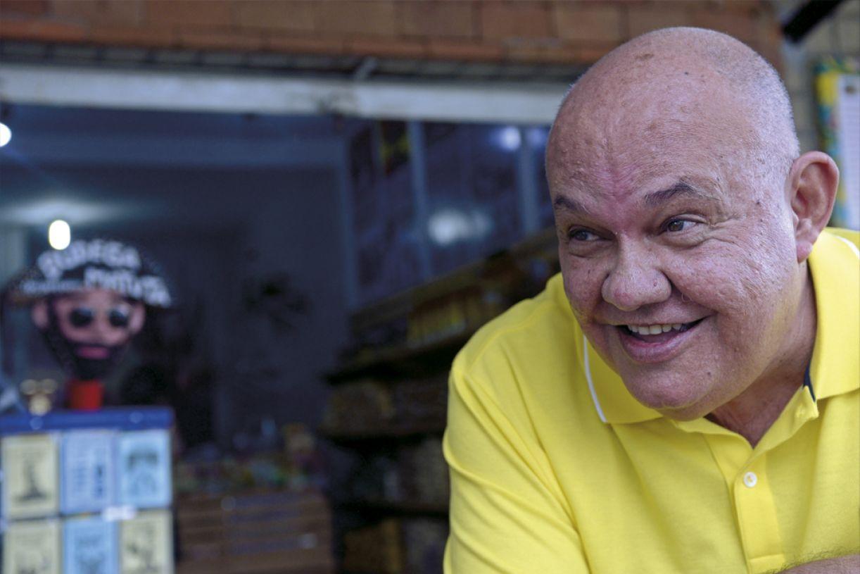 Nascido em Timbaúba, passou a infância no Recife da década de 1950, e, no  início dos anos 1970, circulou pela Europa