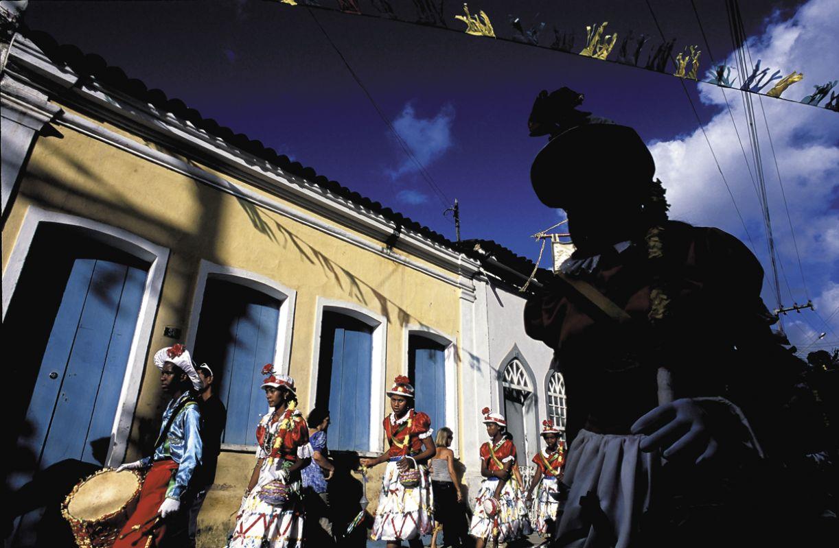 O cortejo da tarde finaliza a participação das Taieiras de Laranjeiras na Festa de Reis