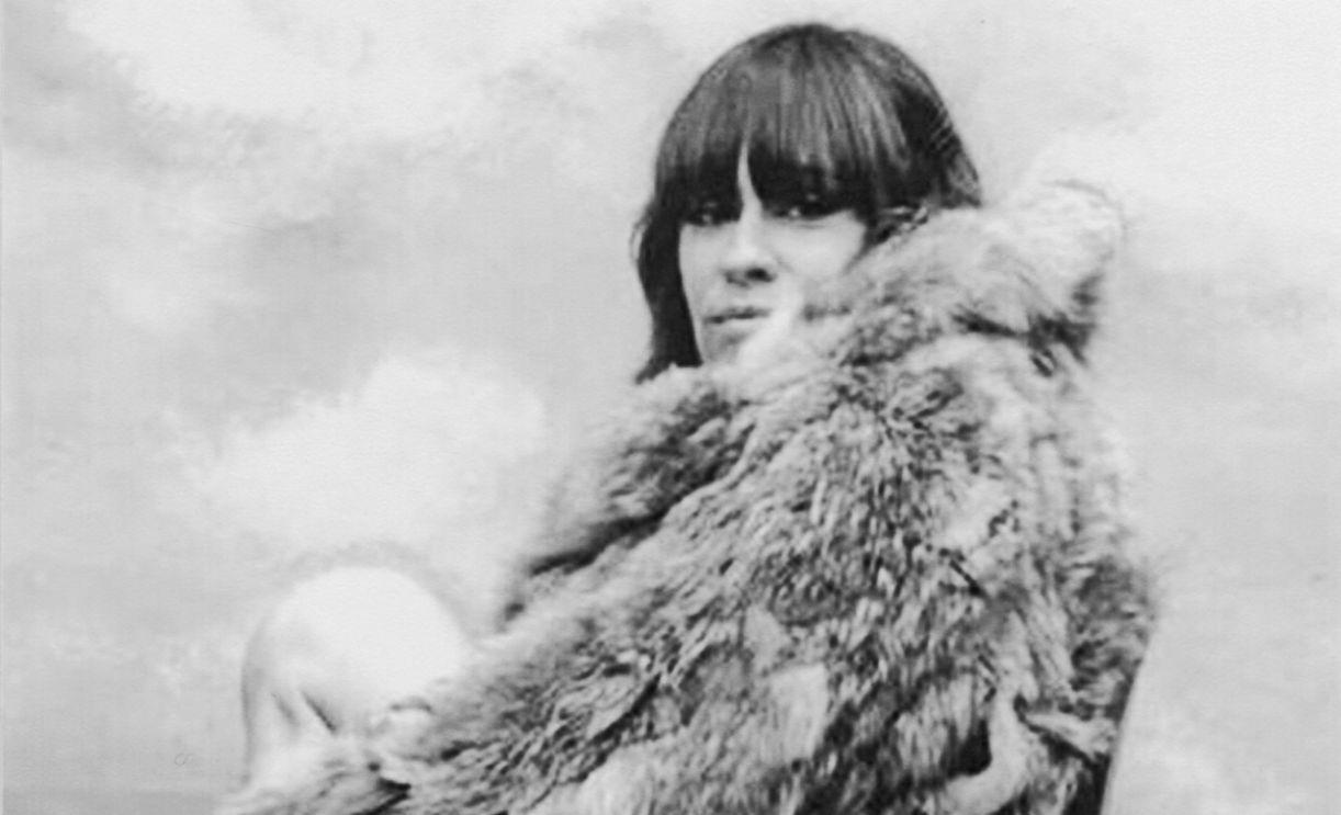 Cantora que se tornaria ativista em defesa dos animais, posa com casaco de pele.