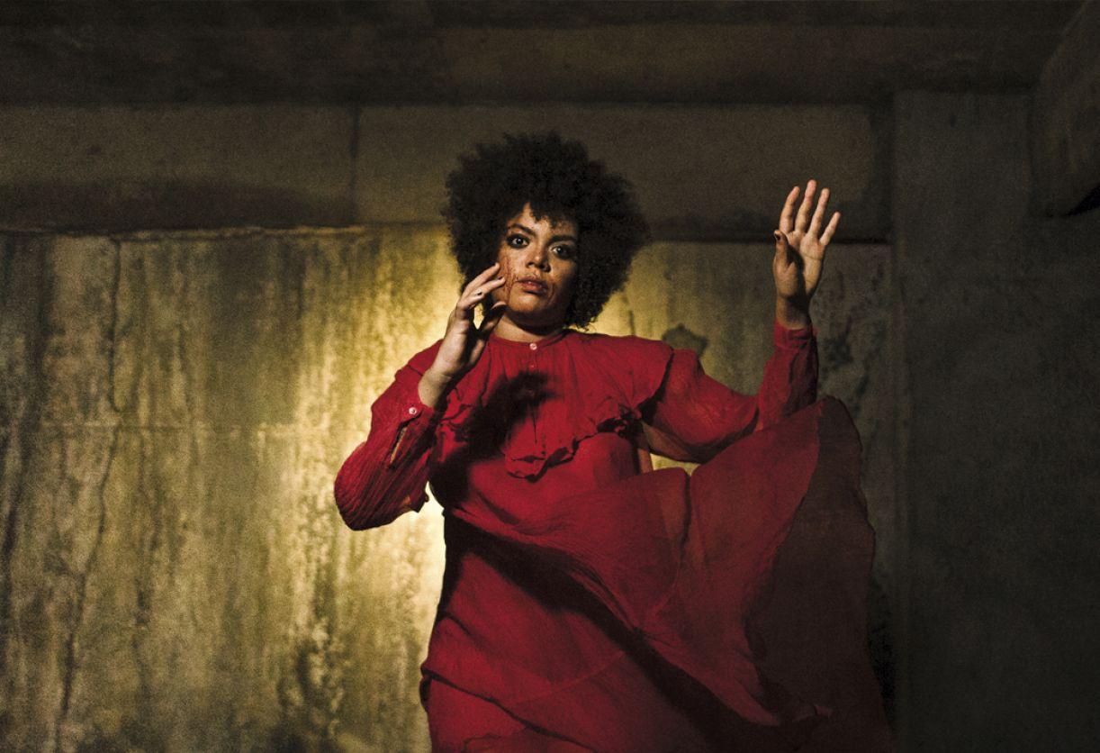 A cantora Aninha Martins traz para seu disco solo o caráter performático de suas apresentações