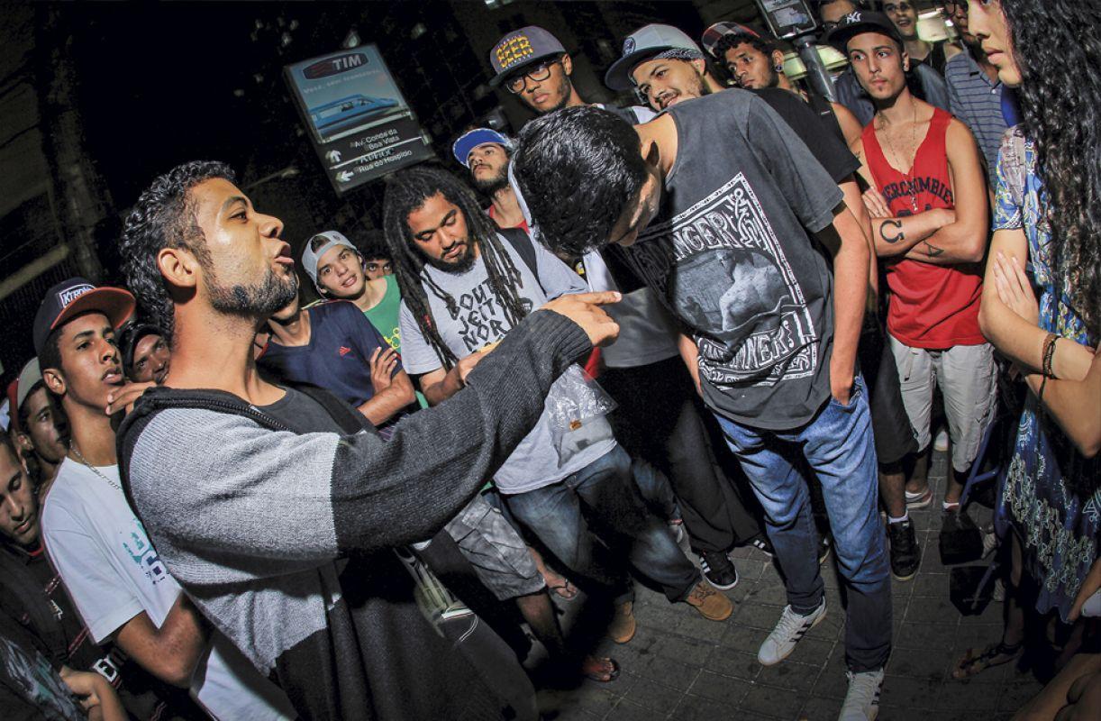 Todas as noites de sexta-feira, MCs duelam no Centro do Recife. Disputa no festival é inédita