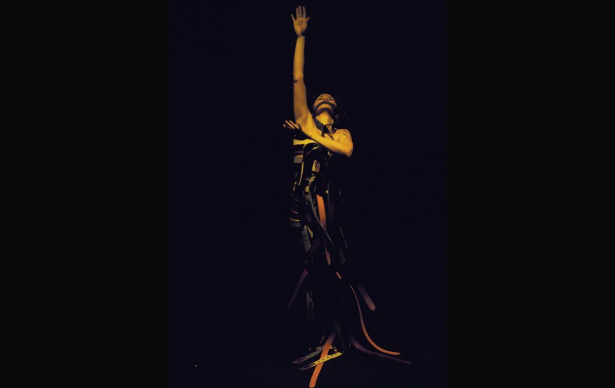 A bailarina Helijane Rocha contou com Mônica Lira como dramaturga para compor o solo 'Ela sobre o silêncio'