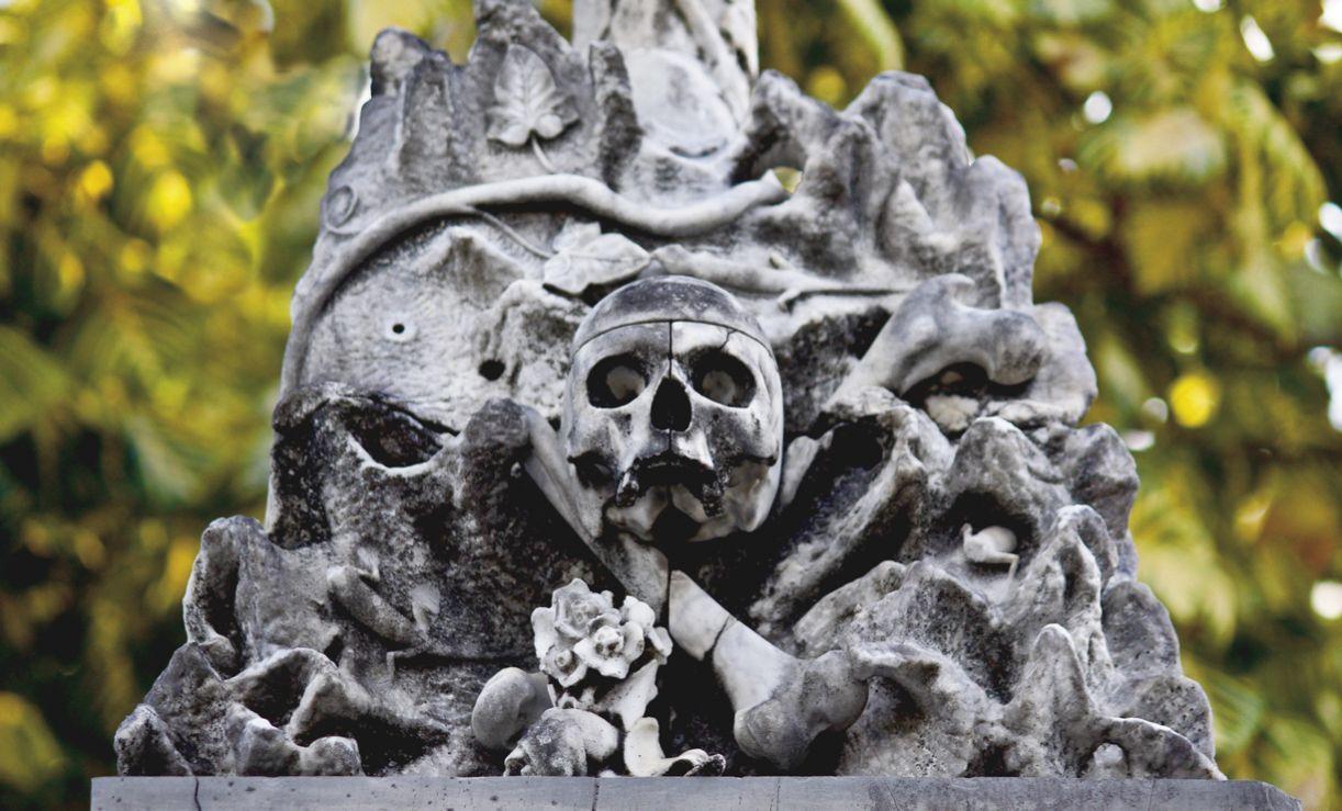 As esculturas de crânios humanos remetem ao caráter transitório da matéria