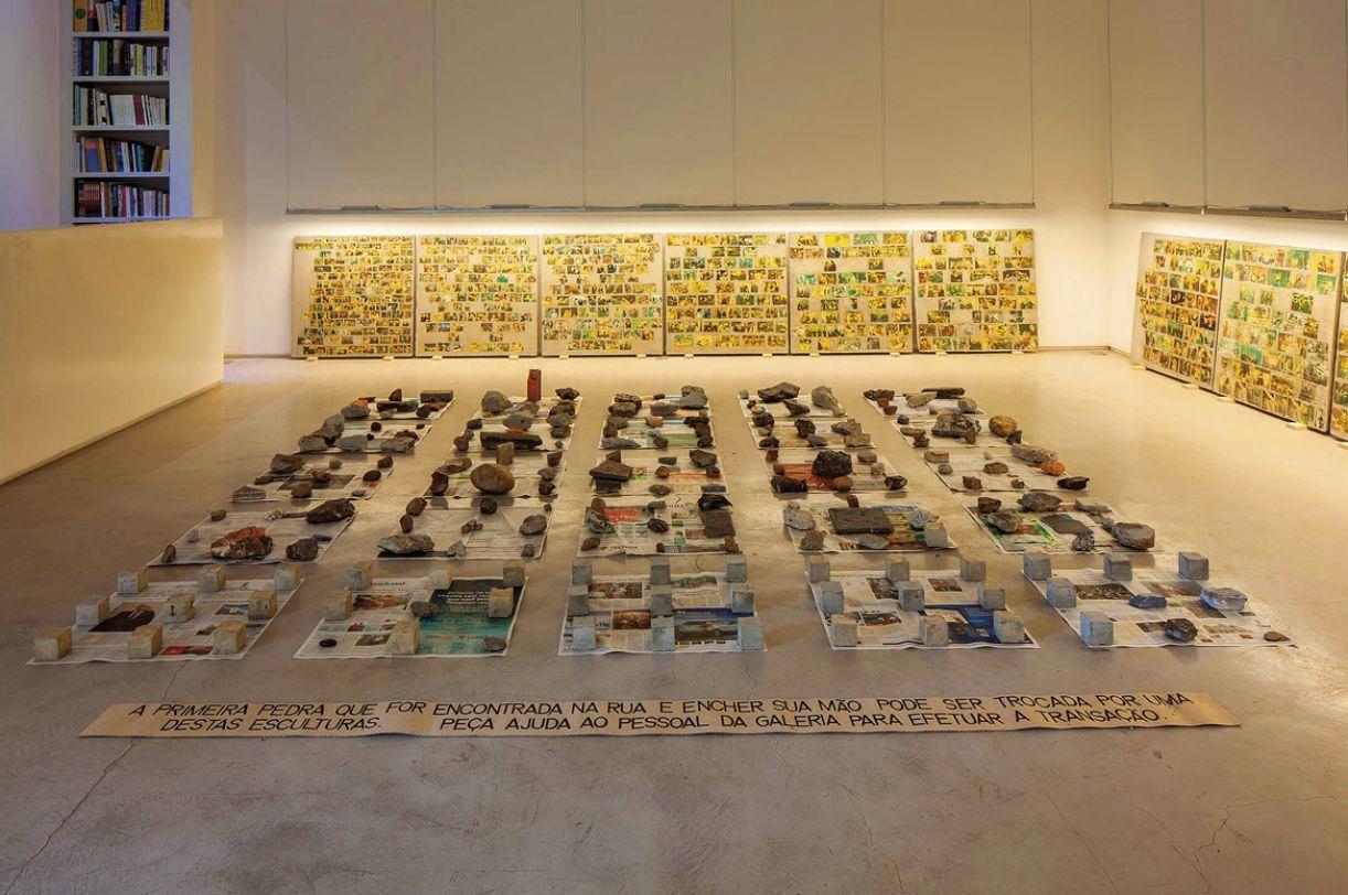 Na obra 'Primeira pedra', o artista propõe que o visitante saia da exposição em busca de uma pedra para trocar por um dos cubos de concreto utilizados por ele
