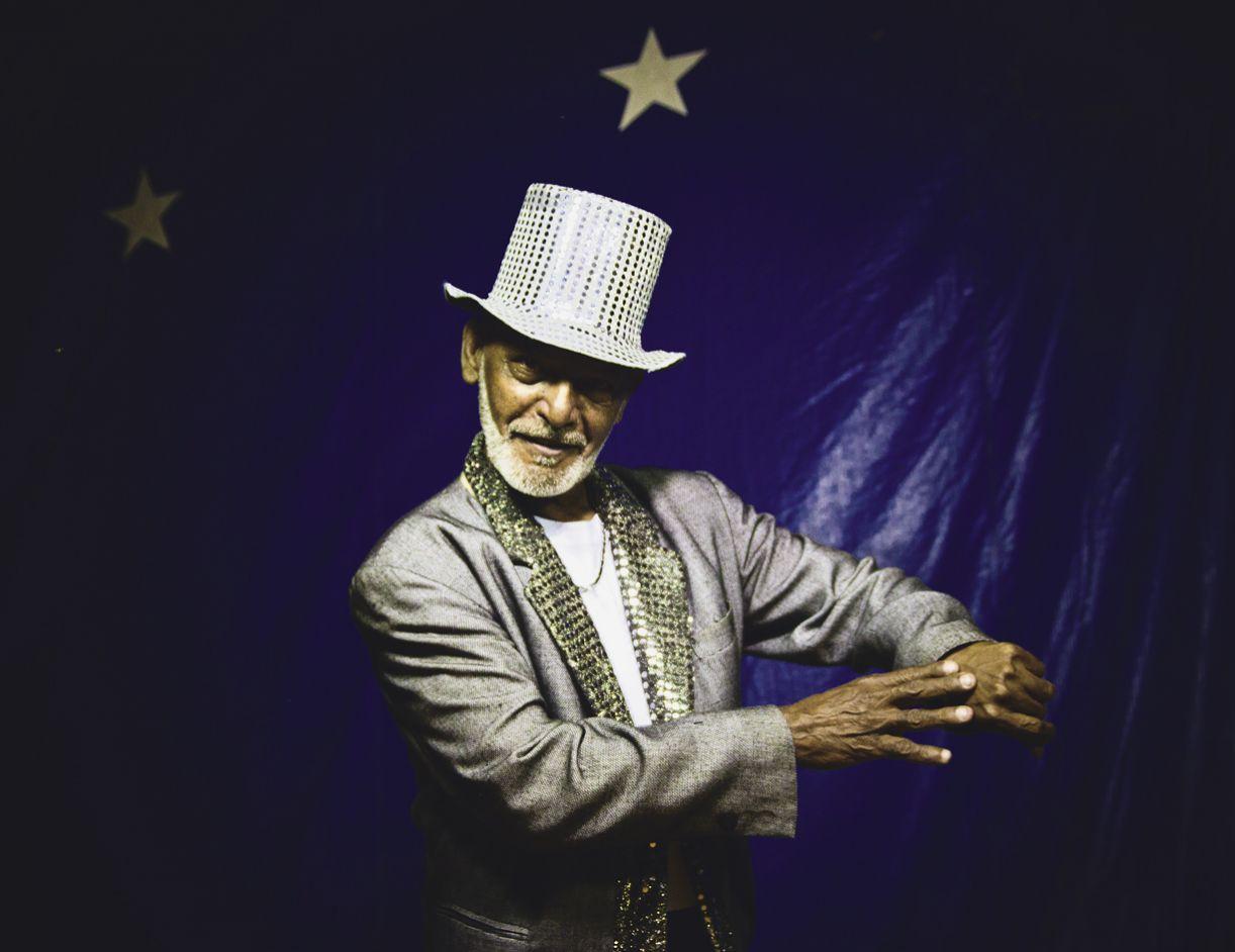 Com seu modesto circo, de poucos funcionários, o mágico Alakazam circula pelo Brasil