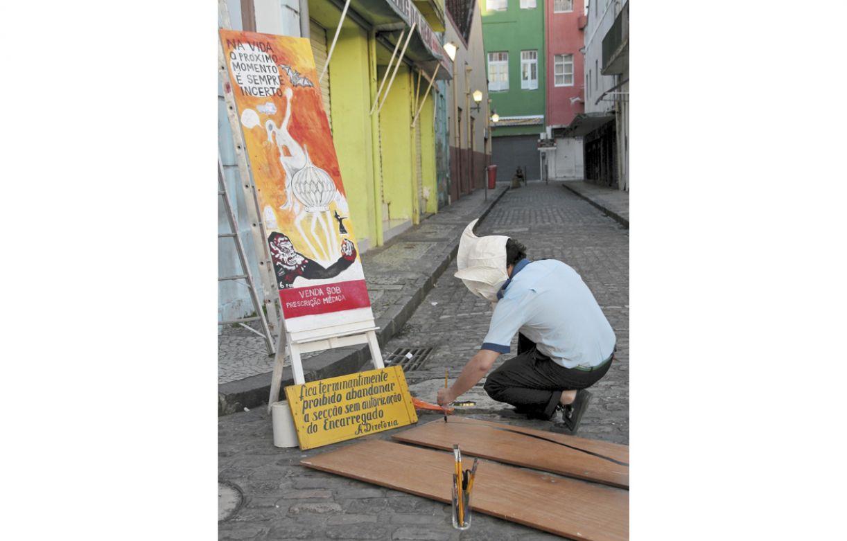 Trabalhos como este de Fernando Perez, de diálogo direto com os passantes, caracterizam o evento