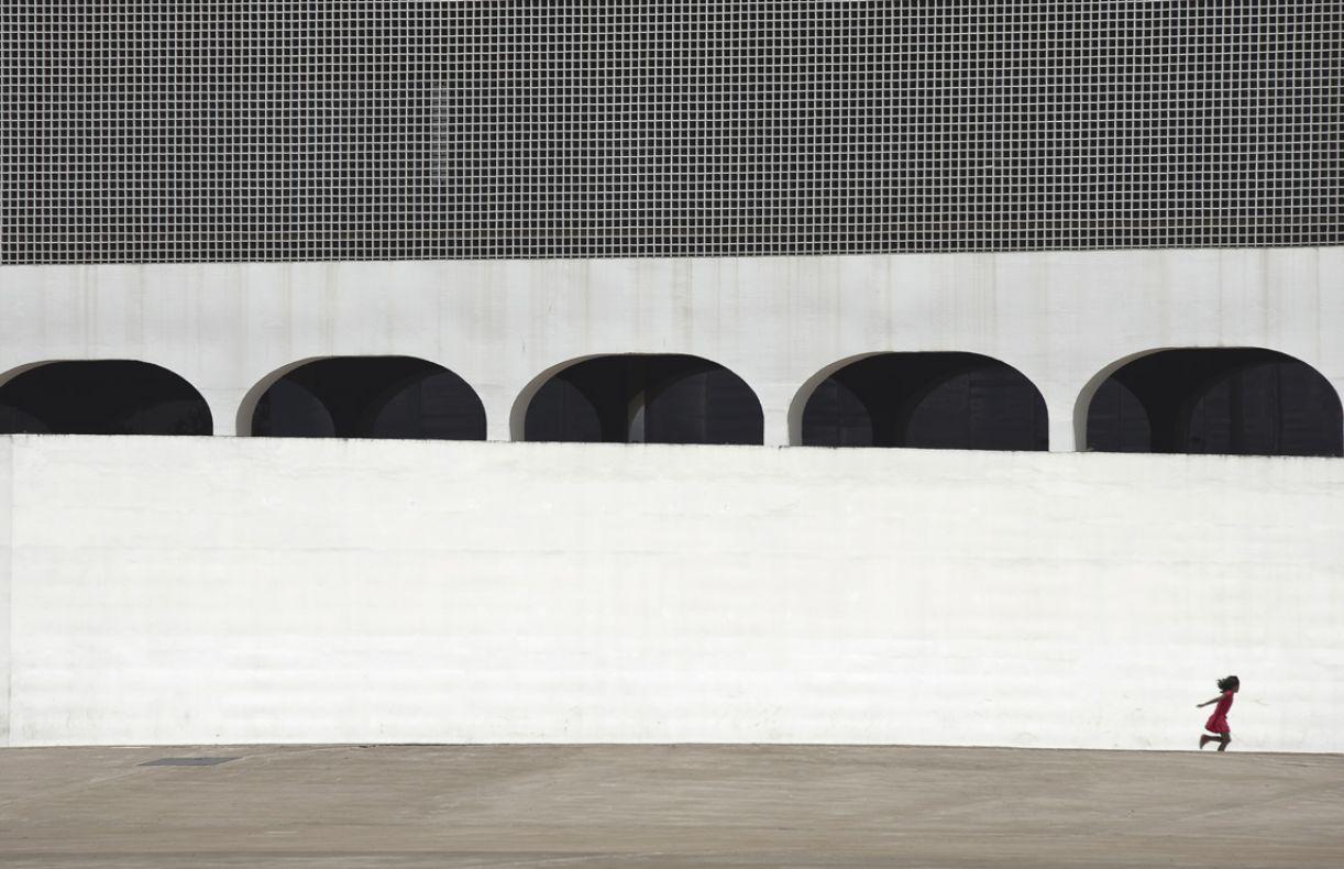 As linhas da arquitetura de Brasília compõem a obra de Zel Nunes